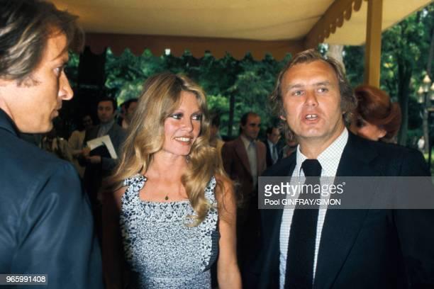 Brigitte Bardot lors du lancement de sa fondation pour la protection des animaux ici avec le journaliste Christian Brincourt le 16 juin 1976 à Paris...