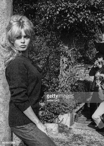 Brigitte Bardot pose pour les photographes circa 1960 France