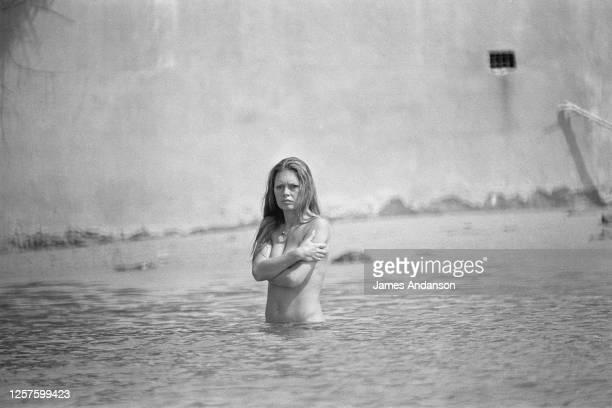 """Brigitte Bardot, se baignant chez elle à """"La Madrague"""", St Tropez"""