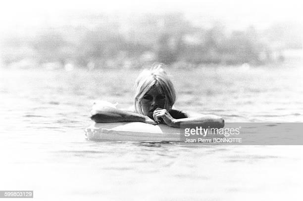 Brigitte Bardot se baignant sur une bouée en juillet 1967 à la Madrague SaintTropez France