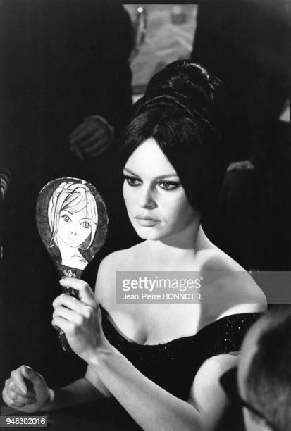 Brigitte Bardot se regardant dans un miroir dans le film 'Histoires extraordinaires' de Louis Malle en mars 1967 à Rome Italie