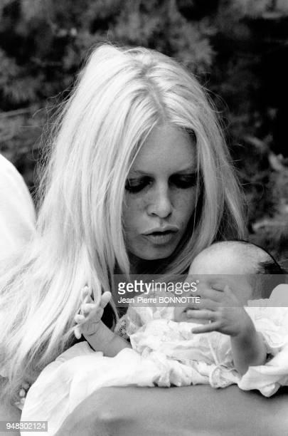 Brigitte Bardot tenant un bébé dans ses bras en mai 1967 à Rome Italie