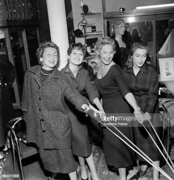 Brigitte Bardot Tilda Thamar et Estella Blain testant des bas dans un grand magasin parisien à Paris France le 1er octobre 1954