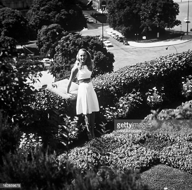 Brigitte CloseUp Of Fossey France 14 juillet 1966 l'actrice française Brigitte FOSSEY est appuyée contre la haie d'arbustes bordant sa terrasse sur...