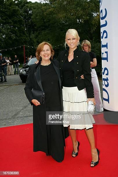 Brigitte Grothum Und Jenny Elvers Elbertzhagen Bei Der Verleihung Des Brisant Brillant Im Tipi Zelt Am Kanzleramt In Berlin Am 030905