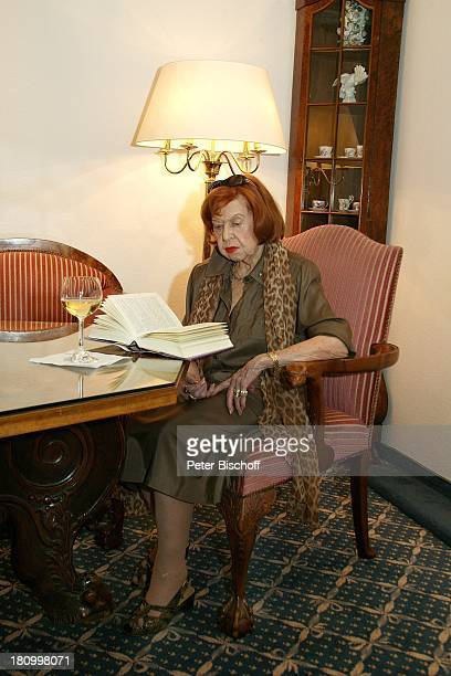 """Brigitte Mira, Baden-Baden, ., Steigenberger-Hotel """"Zum Hirsch"""", Schauspielerin, Buch, lesen, Tisch, Getränk, Glas, Wein, Weinglas, Promis,..."""