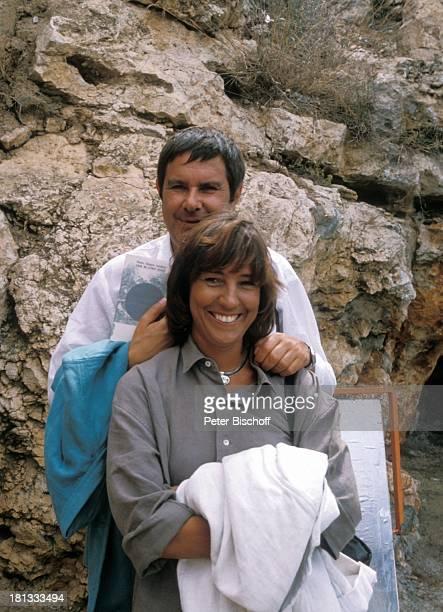 Brigitte Rokohl Gerd Baltus ZDFSerie Hotel Paradies Folge 8 Alles nur Theater Insel Mallorca Balearen Spanien Europa Buch Felsen Umarmung...