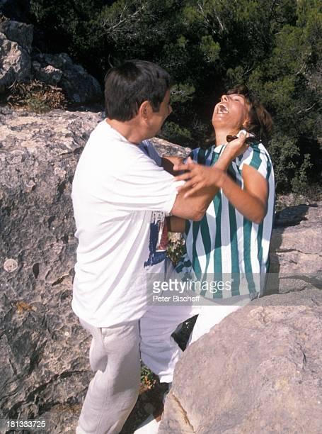 Brigitte Rokohl Gerd Baltus ZDFSerie Hotel Paradies Folge 8 Alles nur Theater Insel Mallorca Balearen Spanien Europa Pistole Felsen Mordszene...