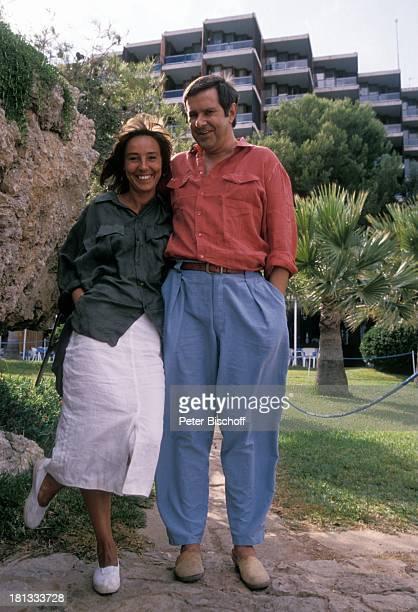 Brigitte Rokohl Gerd Baltus ZDFSerie Hotel Paradies Folge 8 Alles nur Theater Insel Mallorca Balearen Spanien Europa Garten Park lächeln...