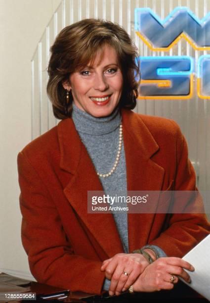 """Brigitte Weining, deutsche Journalistin, moderiert das Magazin """"WISO"""" beim ZDF in Mainz, Deutschland 1993."""