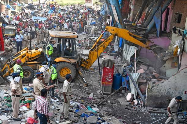 photos et images de bmc resumes demolition drive at garib nagar