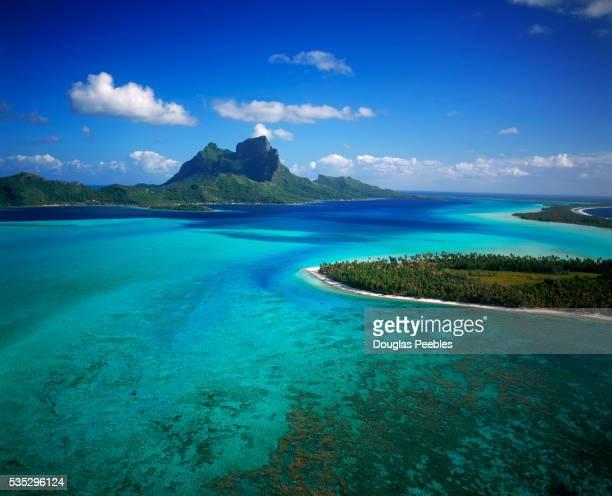 brilliant blue lagoons of bora bora - polinesia francesa fotografías e imágenes de stock