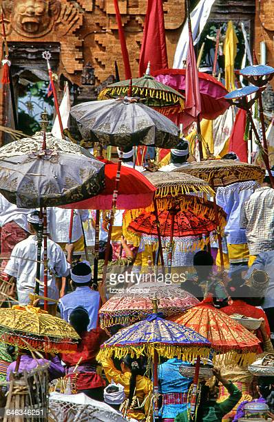 bringing offerings at pura dalem  temple, bali - ubud district stock pictures, royalty-free photos & images
