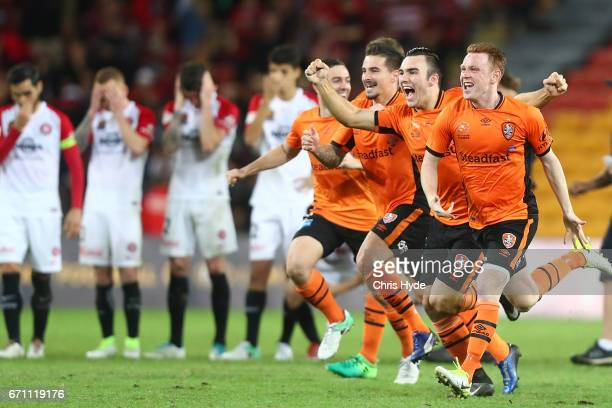 Brisbane Roar celebrate winning the ALeague Elimination Final match between the Brisbane Roar and the Western Sydney Wanderers at Suncorp Stadium on...