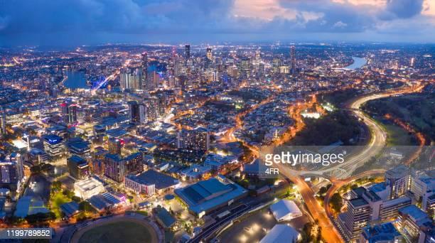 brisbane skyline night panorama avec story bridge, australie - brisbane photos et images de collection