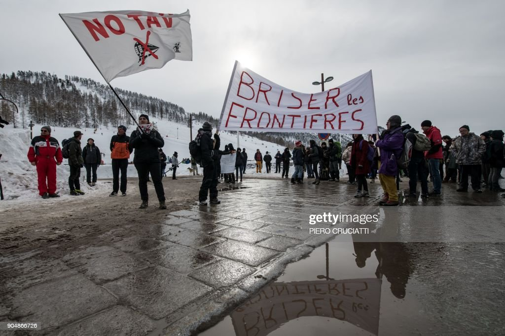 'Briser les frontieres' (break the borders) activist group march between Claviere, Italy and Montgenevre, France in support of migrants and to ask free movement between European countries in Montgenevre, on January 14, 2018. / AFP PHOTO / Piero CRUCIATTI