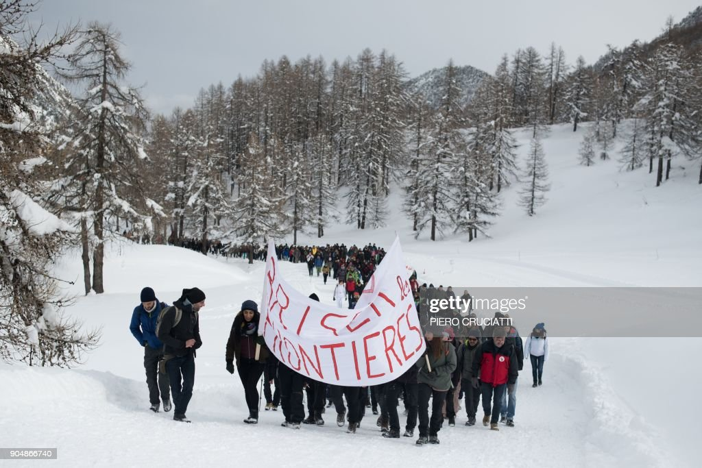 'Briser les frontieres' (break the borders) activist group march between Claviere, Italy and Montgenevre, France, in support of migrants and to ask free movement between European countries in Montgenevre, on January 14, 2018. / AFP PHOTO / Piero CRUCIATTI