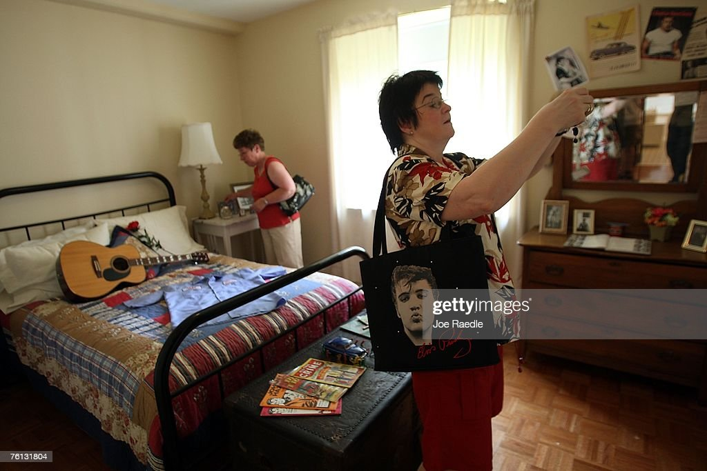 Brita Wusthoff From Oslo Norway Visits Elvis Presley S Bedroom At News Photo Getty Images