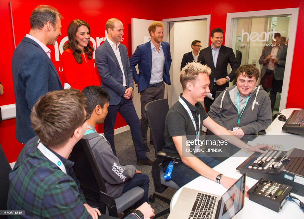 Britain's Catherine, Duchess of Cambridge, Britain's Prince William, Duke of Cambridge and Britain's Prince Harry visit a radio studio control room during the official opening of the Global Academy in Hayes, London on April 20, 2017, in support of the Heads Together campaign. / AFP PHOTO / POOL / Dominic Lipinski
