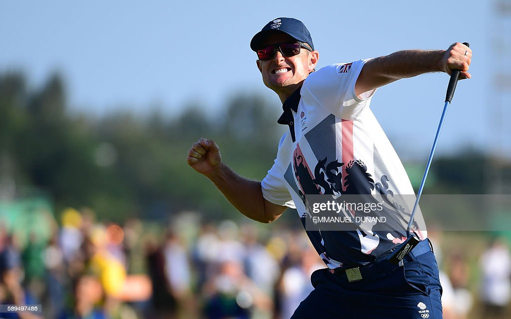 TOPSHOT - Britain's Justin Rose celebrates his victory in the men's individual stroke play final day at the Olympic Golf course during the Rio 2016 Olympic Games in Rio de Janeiro on August 14, 2016. / AFP / EMMANUEL