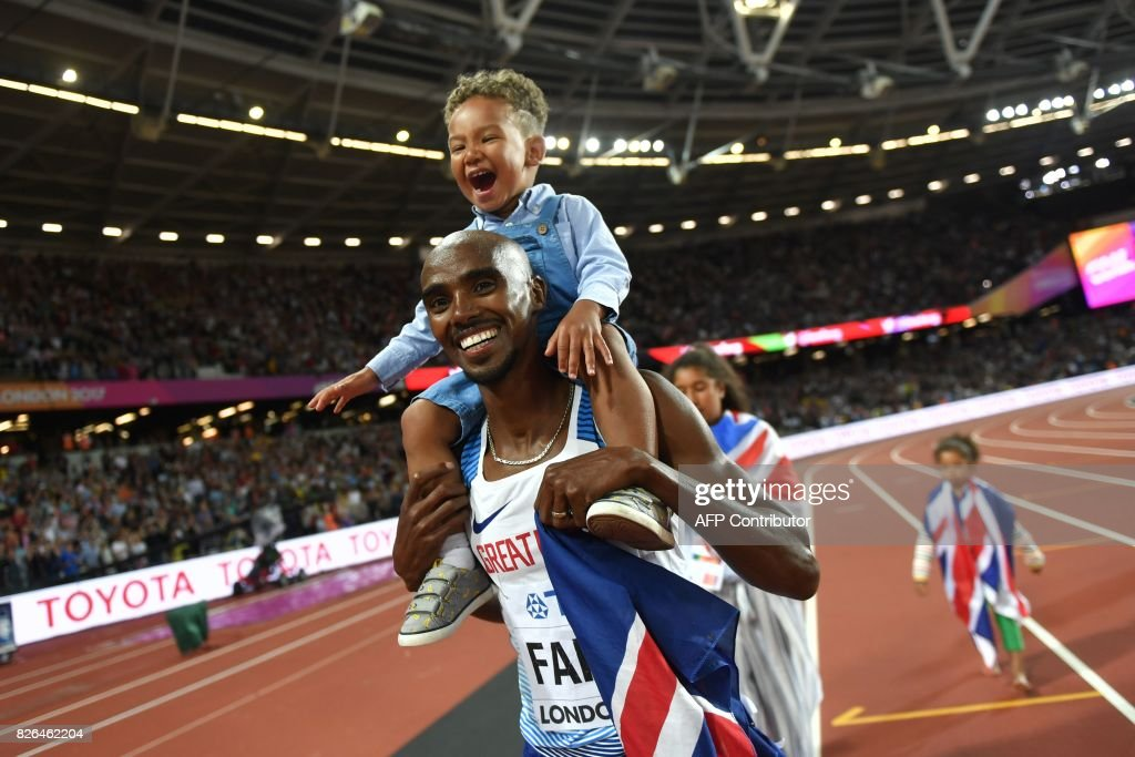 TOPSHOT - Britain's Mo Farah celebrates with his children after winning the final of the men's 10,000m athletics event at the 2017 IAAF World Championships at the London Stadium in London on August 4, 2017. / AFP PHOTO / Andrej ISAKOVIC