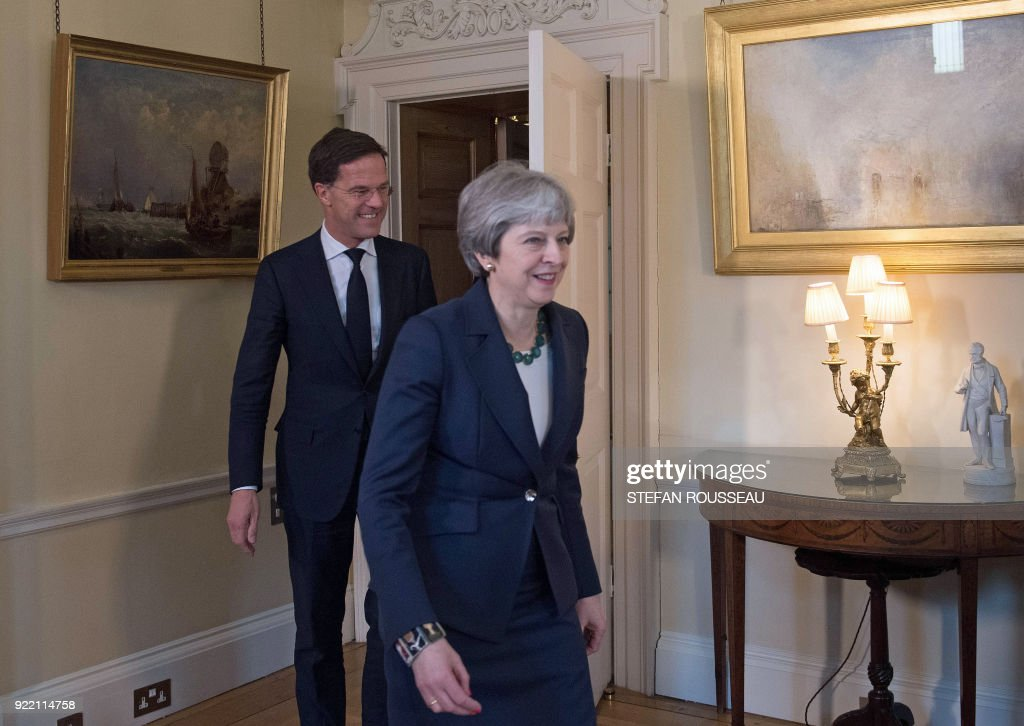 Britain's Prime Minister Theresa May (R) and Prime Minister of the Netherlands, Mark Rutte arrive for a meeting at No 10 Downing street, in central London on February 21, 2018. / AFP PHOTO / POOL / Stefan Rousseau