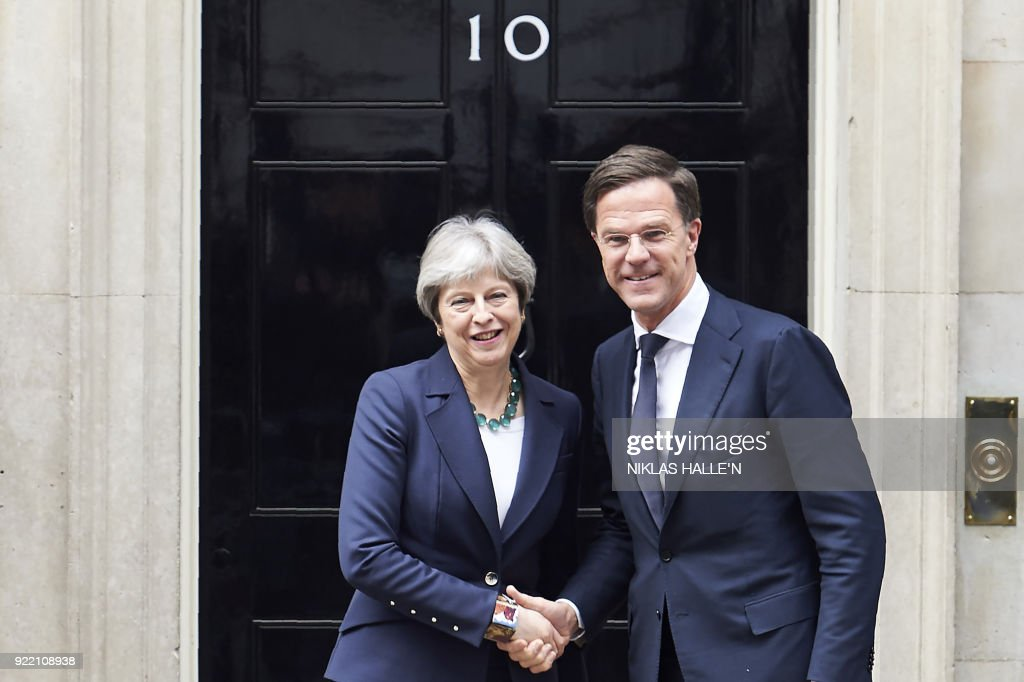 Britain's Prime Minister Theresa May (L) greets Prime Minister of the Netherlands, Mark Rutte outside No 10 Downing street, in central London on February 21, 2018. / AFP PHOTO / NIKLAS HALLE'N