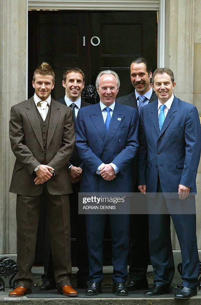 Britain's Prime Minister Tony Blair (R) with playe : News Photo