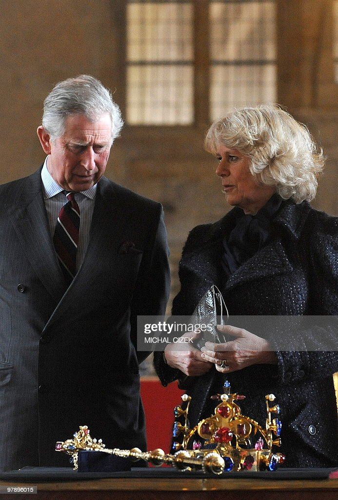 Britain's Prince Charles (L) and his wif : News Photo