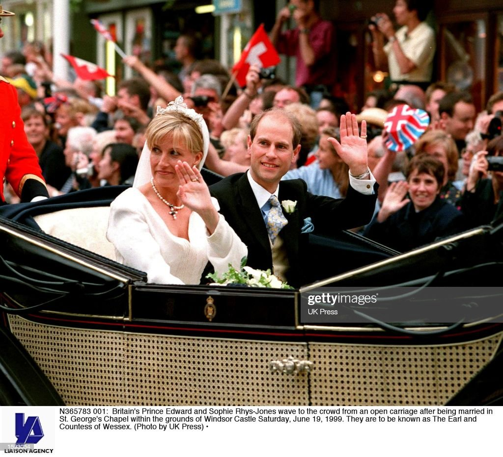 Britain's Prince Edward and Sophie Rhys-Jones wave... : News Photo