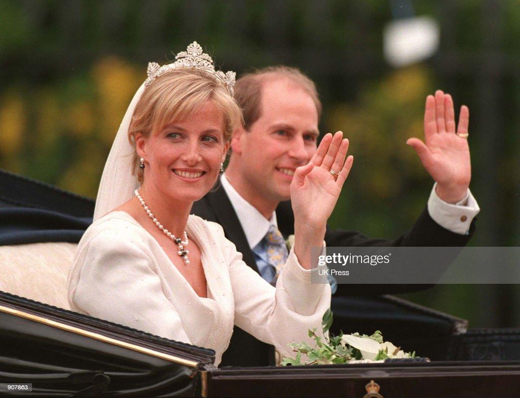 Britain's Prince Edward and Sophie Rhys-Jones wave : News Photo