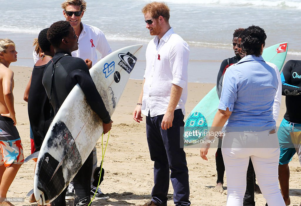 SAFRICA-BRITAIN-SURF-ROYALS-PRINCE HARRY : News Photo
