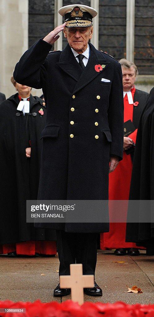 Britain's Prince Philip salutes after la : News Photo
