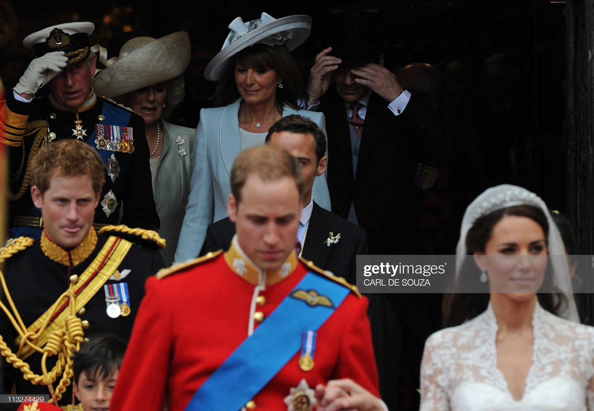 Britain's Prince William (C) and his wif : News Photo