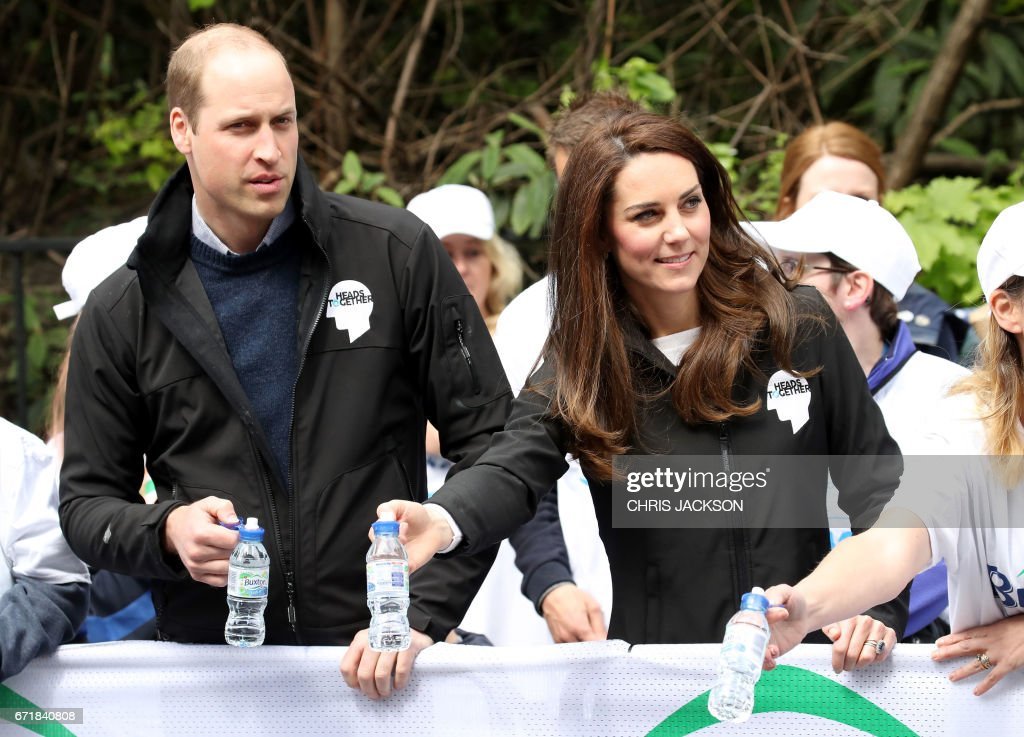 Britain's Prince William, Duke of Cambridge and Britain's Catherine, Duchess of Cambridge hand out water to runners during the 2017 London Marathon in London on April 23, 2017. / AFP PHOTO / POOL / Chris Jackson