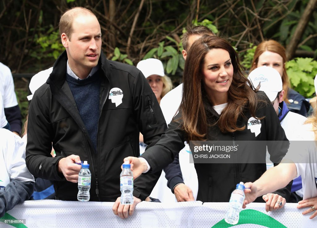 Britain's Prince William, Duke of Cambridge and Britain's Catherine, Duchess of Cambridge cheer and hand out water to runners during the 2017 London Marathon in London on April 23, 2017. / AFP PHOTO / POOL / Chris Jackson