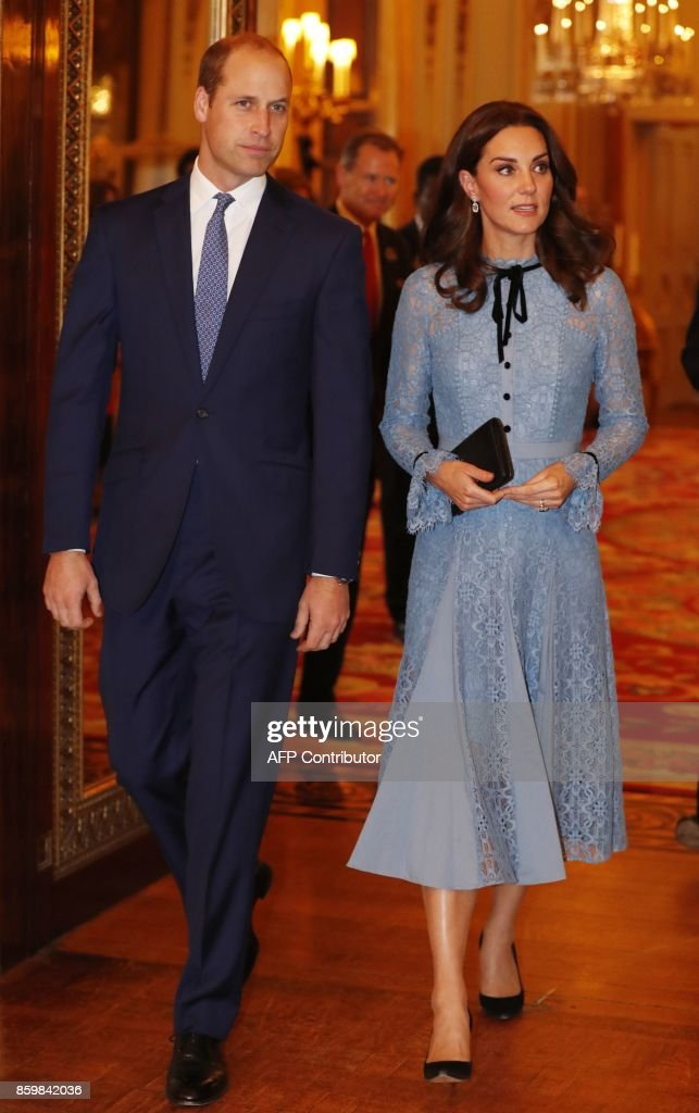 Britain's Prince William (L), Duke of Cambridge and Catherine, Duchess of Cambridge take part in a reception at Buckingham Palace to celebrate World Mental Health Day in central London on October 10, 2017 / AFP PHOTO / POOL / Heathcliff O'Malley