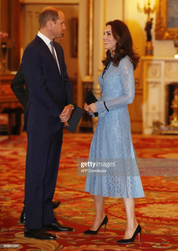 Britain's Prince William (L), Duke of Cambridge and Catherine, Duchess of Cambridge attend a reception at Buckingham Palace to celebrate World Mental Health Day in central London on October 10, 2017 / AFP PHOTO / POOL / Heathcliff O'Malley