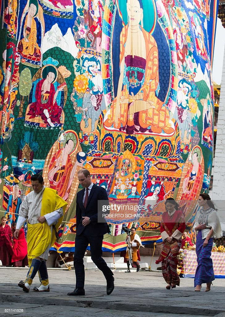 Britain's Prince William (centre R), Duke of Cambridge, and his wife Catherine (R), Duchess of Cambridge, walk with Bhutan's King Jigme Khesar Namgyel Wangchuck (L) and Queen Jetsun Pema (2nd L) past a Thongdrel draped over a building the Tashicho Dzong courtyard in Thimphu on April 14, 2016, during the first day of the British royal couple's two-day visit to Bhutan. / AFP / ROBERTO