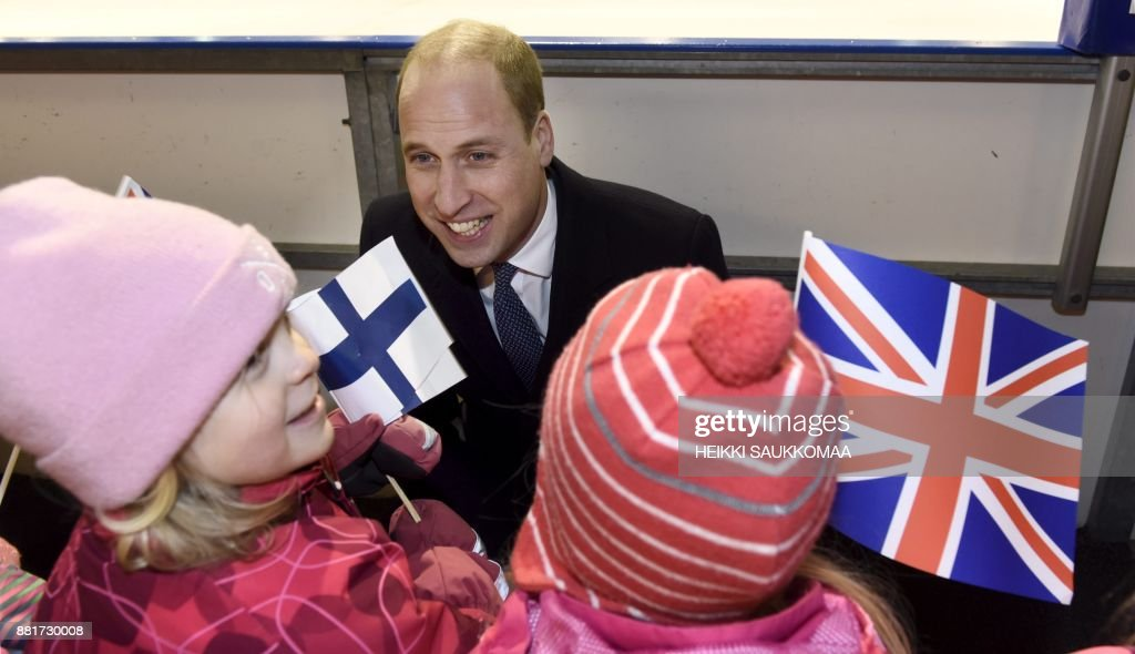 Britain's Prince William, Duke of Cambridge, meets young fans of the Icehearts ice hockey club on November 29, 2017 at an ice rink in Helsinki, Finland. The Icehearts are an organization providing preventive child welfare work through team sports. / AFP PHOTO / Lehtikuva / Heikki Saukkomaa / Finland OUT