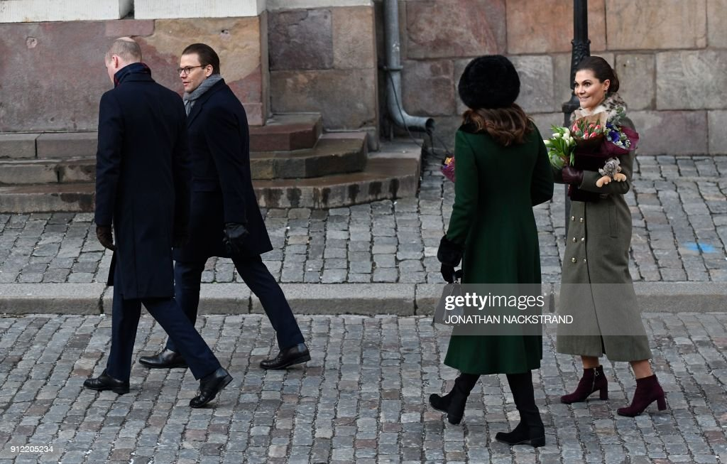 Britain's Prince William, Duke of Cambridge, Prince Daniel, Britain's Catherine, Duchess of Cambridge and Crown Princess Victoria walk through the cobbled streets of Stockholm from the Royal Palace to the Nobel Museum on January 30, 2018. The Duke and Duchess of Cambridge are on a 4-day visit to Sweden and Norway. / AFP PHOTO / Jonathan NACKSTRAND