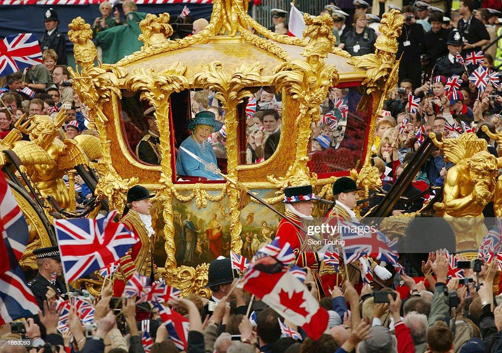 Queen Elizabeth at Golden Jubilee Parade : News Photo