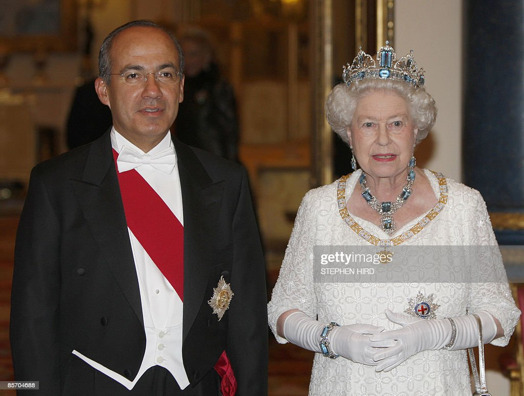 Britain's Queen Elizabeth and the Mexico : News Photo