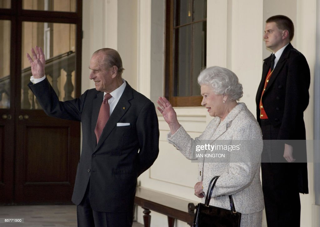 Britain's Queen Elizabeth II (2nd R) and : News Photo