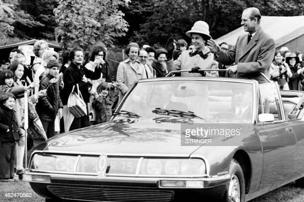 Britain's Queen Elizabeth II and Prince Philip The Duke of Edinburgh wave on May 16 1972 French people at the Athletic Club in Meudon during their...