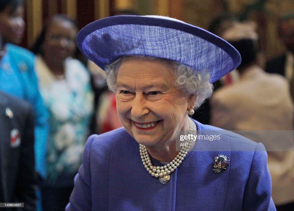 Britain's Queen Elizabeth II attends a l : News Photo