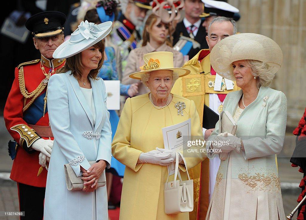 Britain's Queen Elizabeth II (C), Carole : News Photo