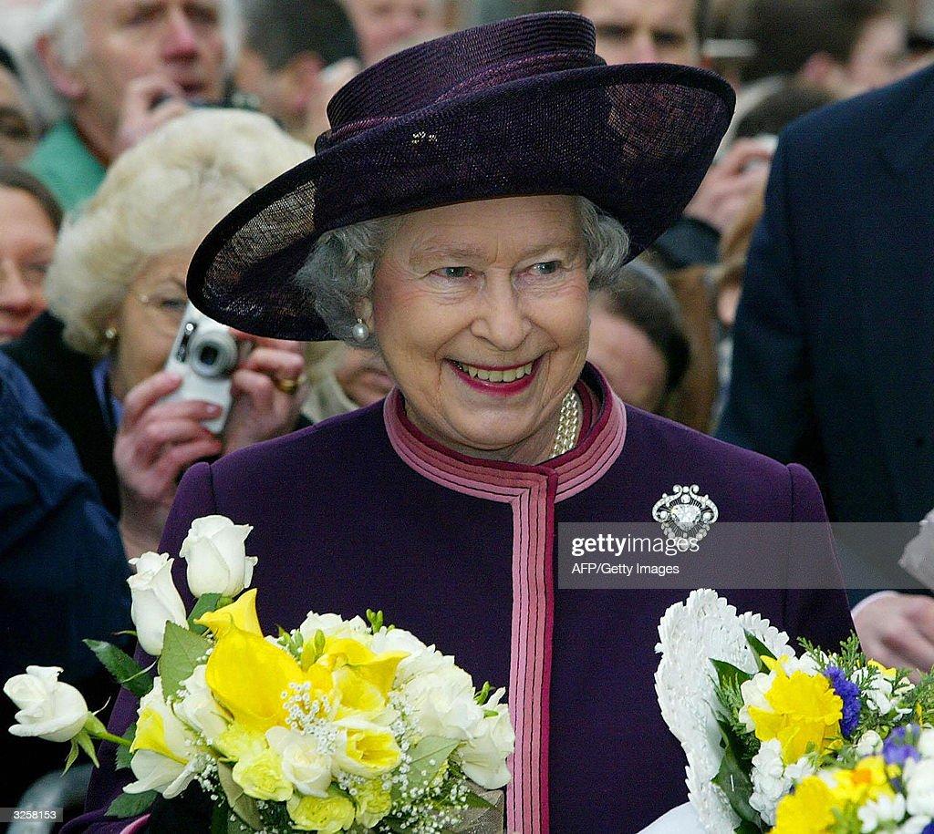 Britain's Queen Elizabeth II carries flo : News Photo