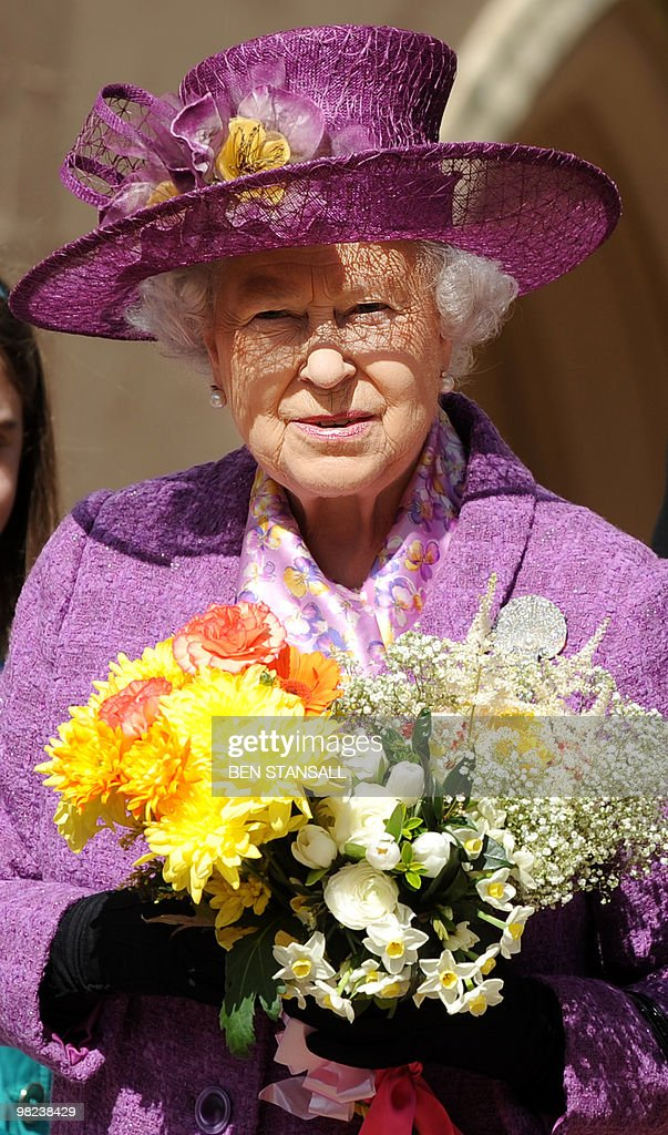 Britain's Queen Elizabeth II holds flowe : Foto jornalística