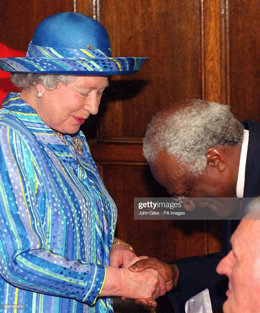 Queen & Tutu shake hands/bowing : News Photo